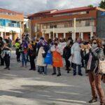 Vecinos y vecinas se juntan en la Plaza de la Constitución de Rivas con la consigna 'limpiar la plaza'