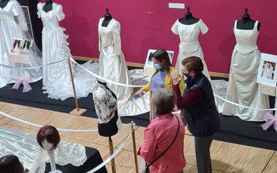 Perales se viste de boda con la exposición 'Un siglo de novias'